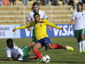 Ecuadorean Jefferson Montero (R) vies for the ball with Edward Zenteno (bottom) of Bolivia during their Brazil 2014 FIFA World Cup South American qualifier match, in La Paz on September 10, 2013. AFP PHOTO / JORGE BERNAL
