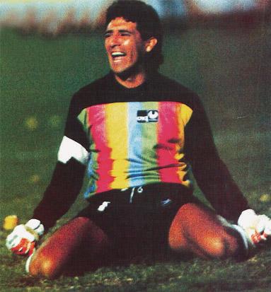 Carlos Luis Morales atajando el penal a Serrizuela. De las fotos más icónicas del fútbol ecuatoriano