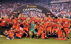 los-jugadores-seleccion-chilena-celebran-titulo-1467003559319