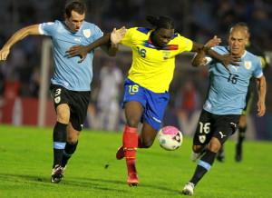 MON20. MONTEVIDEO (URUGUAY), 11/09/2012.- El jugador de Ecuador Felipe Caicedo (c) lucha por el balón entre Diego Godín (i) y Maximiliano Pereira (d) de Uruguay hoy, martes 11 de septiembre de 2012, durante un partido por las eliminatorias para el mundial Brasil 2014 en el estadio Centenario en Montevideo (Uruguay). El juego terminó empatado a un gol. EFE/IVÁN FRANCO