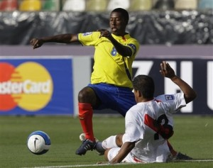 Ecuador's Edison Mendez, left, fights for the ball with Peru's Amilton Prado during a World Cup 2010 qualifying soccer match in Lima, Sunday, June 7, 2009. (AP Photo/Martin Mejia)