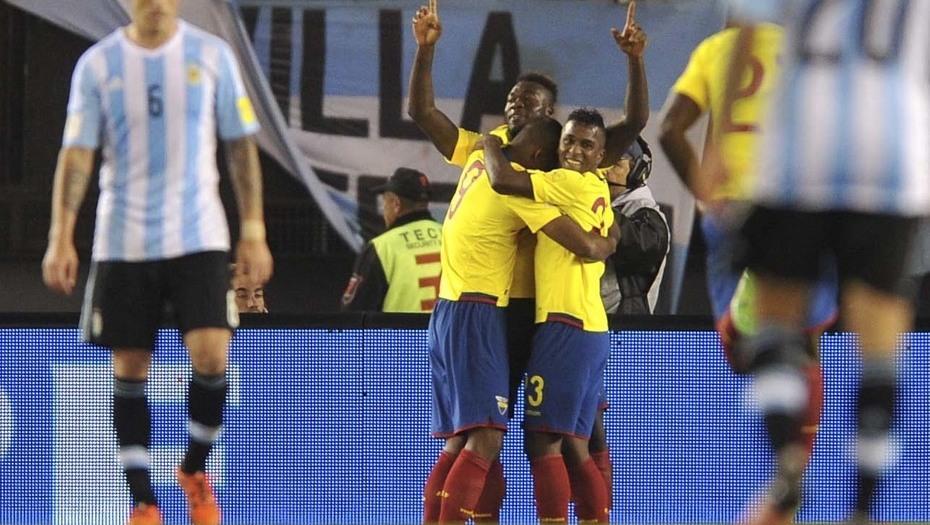Buenos Aires, Los jugadores de Ecuador festejan el primer gol, convertido por Frickson Erazo, durante el partido válido por las elimitarias para el mundial de Rusia 2018, en el que la selección nacional cae por 2 a 0. Foto: Claudio Fanchi/Télam/amb 08/10/2015