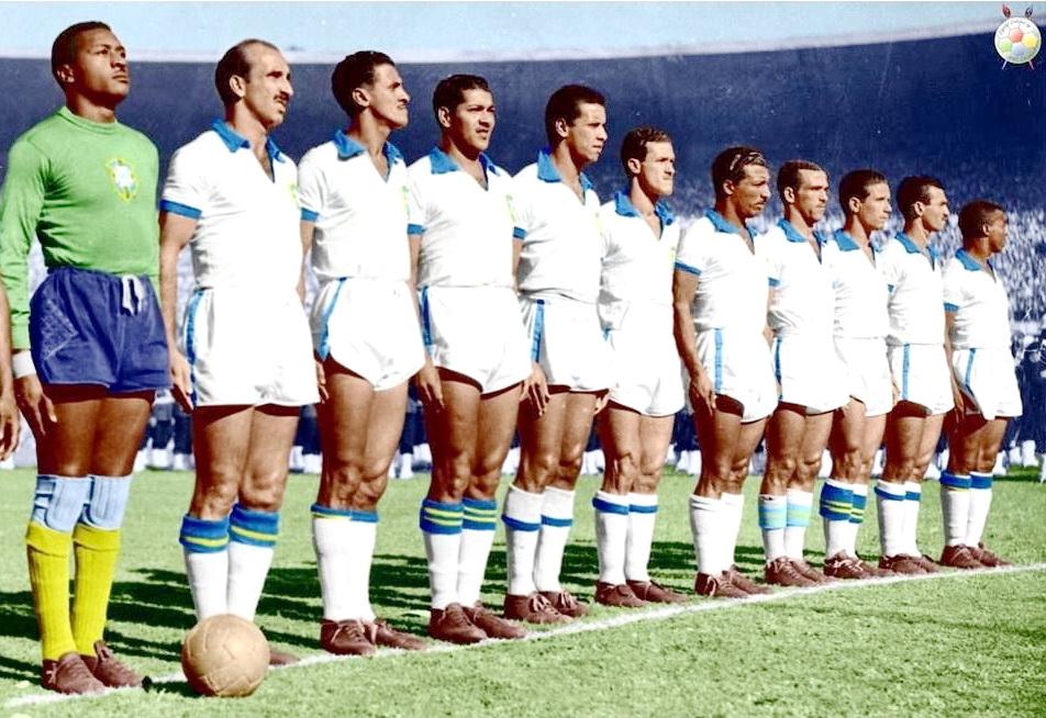 SELECCION DE BRASIL - Temporada 1949-50 - Barbosa, Augusto, Danilo, Juvenal, Bauer, Ademir, Zizinho, Jair, Chico, Friaça y Bigode - BRASIL 1 (Friaça), URUGUAY 2 (Schiaffino y Ghiggia) - 16/07/1950 - Mundial de Brasil 1950, final - Río de Janeiro (Brasil), estadio de Maracaná - La Selección de BRASIL era la gran favorita, pero ganó Uruguay. Esta fue la última vez que Brasil vistió su camiseta blanca, cambiándola a partir de entonces por la canarinha