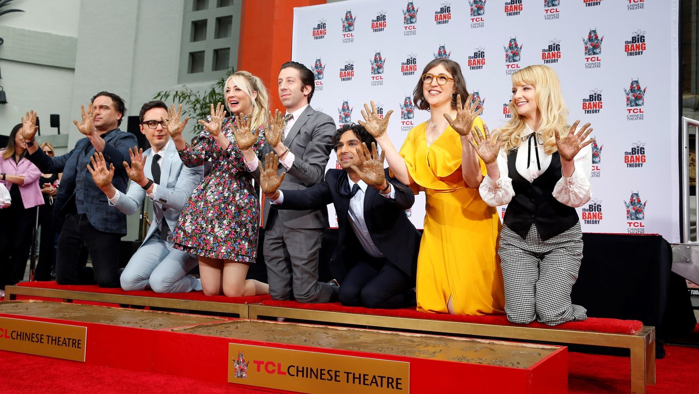"""ADX006. HOLLYWOOD (EE.UU.), 01/05/2019.- El elenco de """"The Big Bang Theory"""" (i-d): el actor estadounidense Johnny Galecki, el actor estadounidense Jim Parsons, la actriz estadounidense Kaley Cuoco, el actor estadounidense Simon Helberg, el actor indio Kunal Nayyar, la actriz estadounidense Mayim Bialik y la actriz estadounidense Melissa Rauch posan tras colocarl sus huellas y firmas en el cemento del Teatro Chino IMAX de TCL en Hollywood, California, EE. UU., el 1 de mayo de 2019. """"The Big Bang Theory"""" es la serie de comedia multi-cámara más larga en la historia de la televisión. EFE / ADAM S DAVIS"""