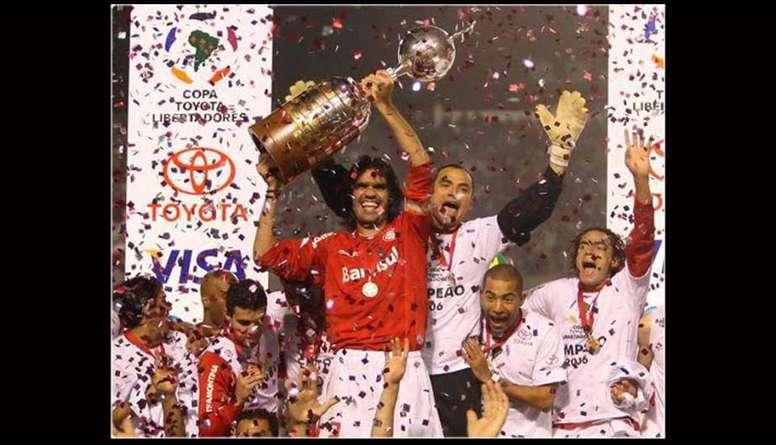 jugadores-de-internacional-de-porto-alegre-celebran-la-copa-libertadores-de-2006--efe