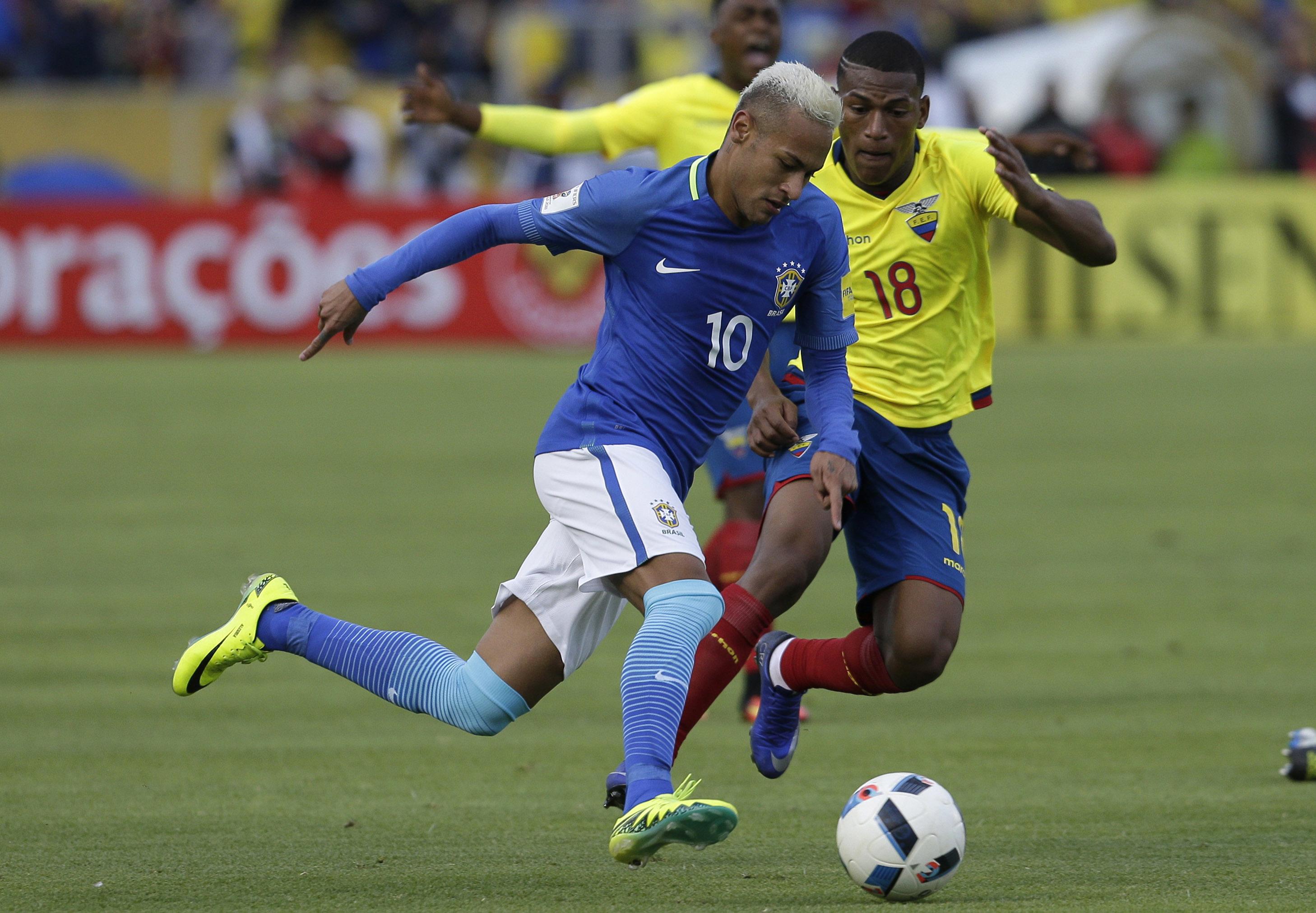 Neymar, de la selección de Brasil, disputa un balón con Carlos Gruezo, de Ecuador, durante un cotejo de la eliminatoria mundialista, realizado el jueves 1 de septiembre de 2016 (AP Foto/Dolores Ochoa)